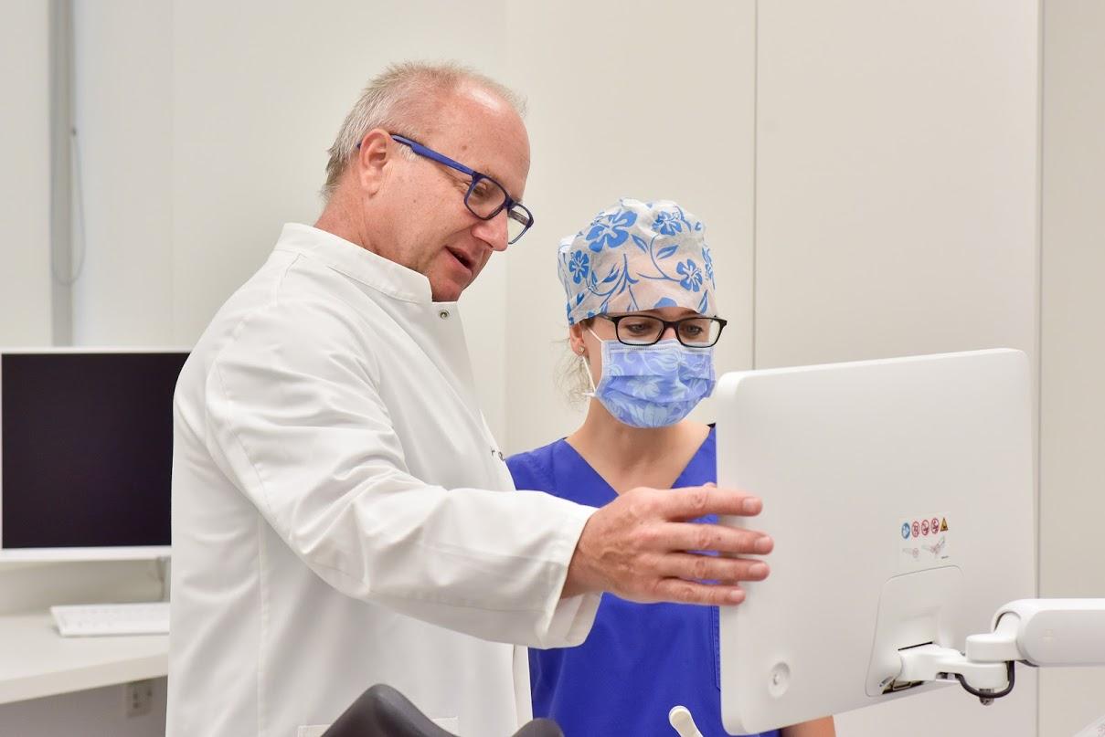 MUDr. Petr Uher z kliniky reprodukční medicíny při práci